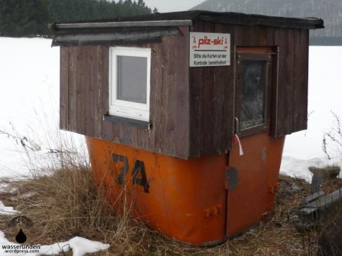 Die frühere Liftkasse in einer alten Seilbahngondel. Mutmaßlich aus der Skiwelt Wilder-Kaiser-Brixenthal.
