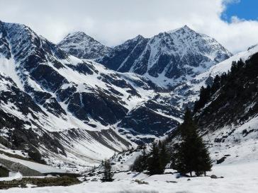 Mittelbergtal unweit der Talstation des Gletscherexpress'. Deutlich zu sehen die Seitenmoränen der Gletscherzunge im Talbereich. Heute ist sie von diesem Stanpunkt aus kaum noch zu sehen.