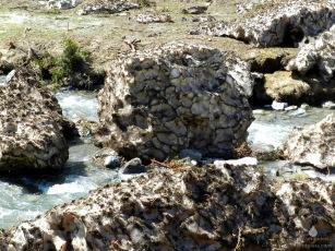 Eisbrocken aus Lawinenschnee im Pitztalbach.