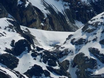 Der letzte, klägliche Rest der Gletscherzunge des Mittelbergferners, der noch vom Tal aus zu sehen ist. Künstlich am Leben gehalten durch Vermattung um den Notweg bzw. die LKW Zufahrt zum Gletscher fahrbar zu halten.