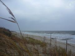 Blick aus den Dünen auf die tobende Nordsee.