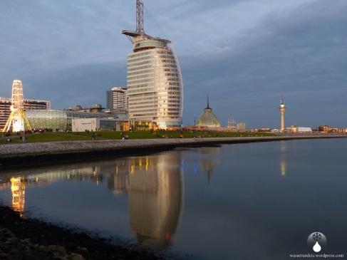 Die Havenwelten, das Atlantic Hotel Sail City spiegeln sich im Wasser.