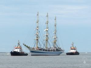 Die russische Windjammer Mir wird vor Bremerhaven ins Schlepp genommen.