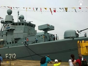 Nicht nur Segelschiffe sind auf der Sail zu Gast, auch die Fregatte Karlsruhe der Bundesmarine.