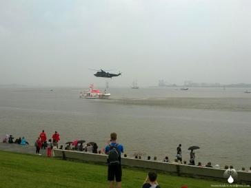Rettungsübung mit einem Helikopter und einem Seenotkreuzer vor dem Weserdeich.