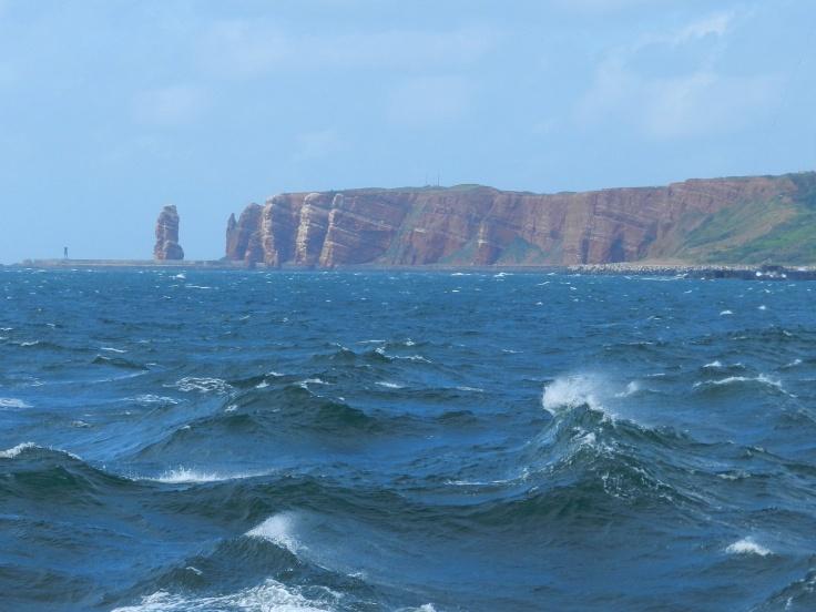 Die Insel Helgoland mit der Langen Anna von der Nordsee aus gesehen.