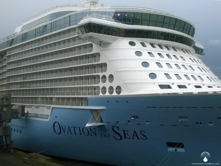 Ovation of the Seas, Kreuzfahrtschiff an der Columbuskaje.