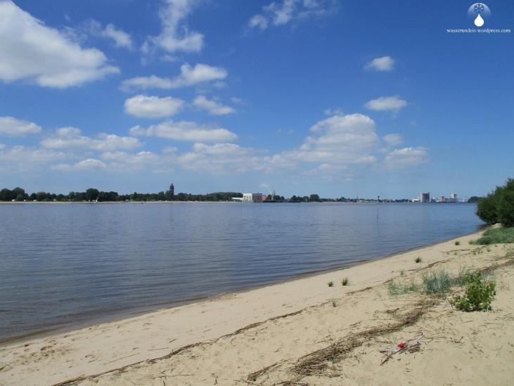 Strand auf der Westseite der Insel Harriersand, gegenüber die Stadt Brake und der Braker Hafen.