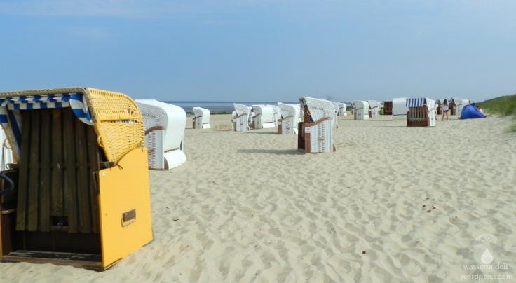 Strandkörbe am Sandstrand von Cuxhaven Sahlenburg an der Nordseeküste.