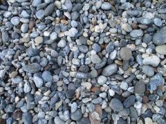 Die Aade besteht aus unzählingen, rundgeschliffenen, Feuersteinen.