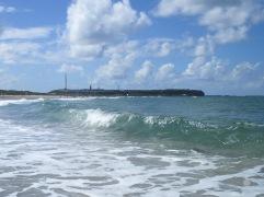 Kristalklares, fast karibisches Wasser am Nordstrand der Düne, im Hintergrund die Klippen vom Helgoland.