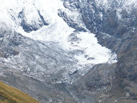 Der verbliebene Rest der Gletscherzunge des Rotmoosferners, unter dem Schutt links findet sich weiteres Toteis.