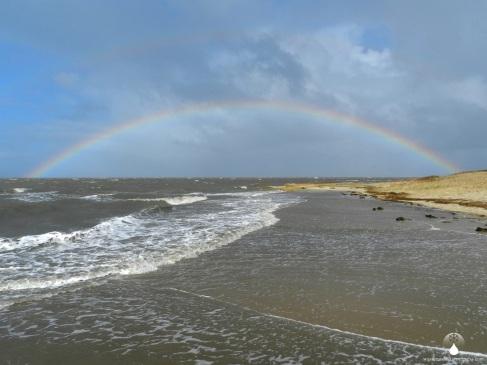 Regenbogen, Wind und Wellen - Herbst am Sahlenburger Strand.
