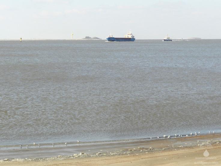 Blick auf die eisfreie Weser vom Weserstrandbad aus.