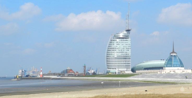 Die Aussichtsplattform Atlantic Hotel Sail City vom Weserstrandbad aus gesehen.