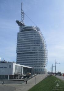 Das Sail City vom Weserdeich aus gesehen, oben die Aussichtsplattform.
