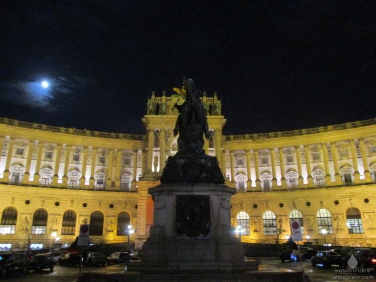 Der Heldenlplatz in Wien, mit der neuen Burg, bei Nacht.