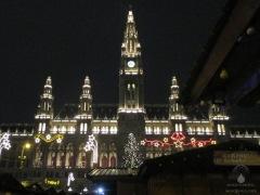 Nächtliches Wiener Rathaus am Rathausplatz - ein Märchenhaus.