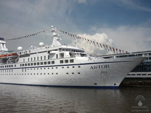 Die M.S. Astor am Colubus-Cruise-Center Bremerhaven.