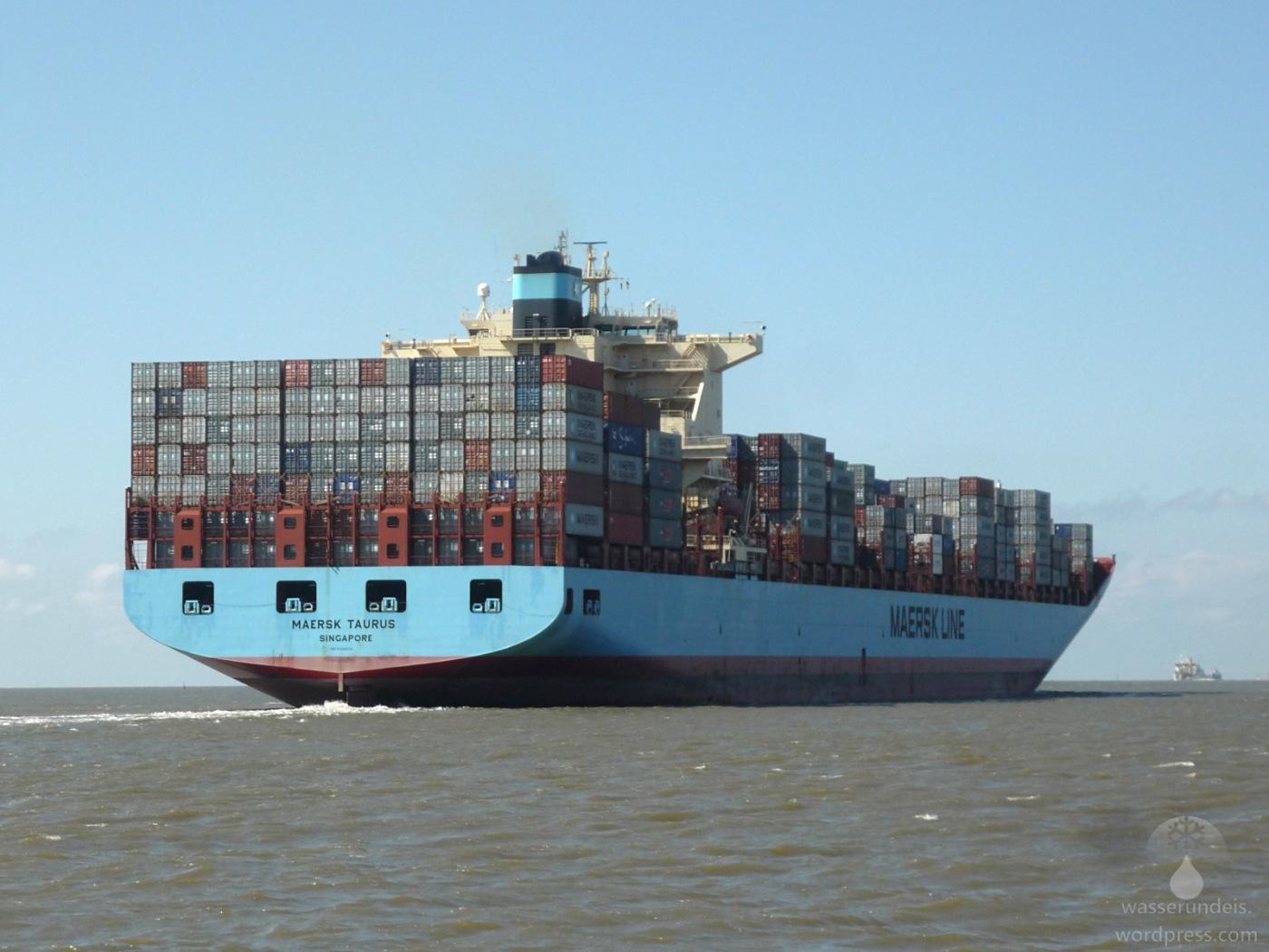 Containerschiff Maersk Taurus auf der Außenweser bei Bremerhaven.