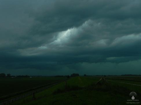 Wetterleuchten zwischen den Gewitterwolken.