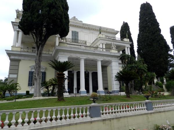 Eingang des Achilleon auf der Insel Korfu.