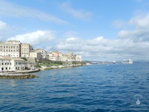 Rechts hinten, der Neue Hafen von Kerkyra mit Kreuzfahrtriesen, links die Altstadt.
