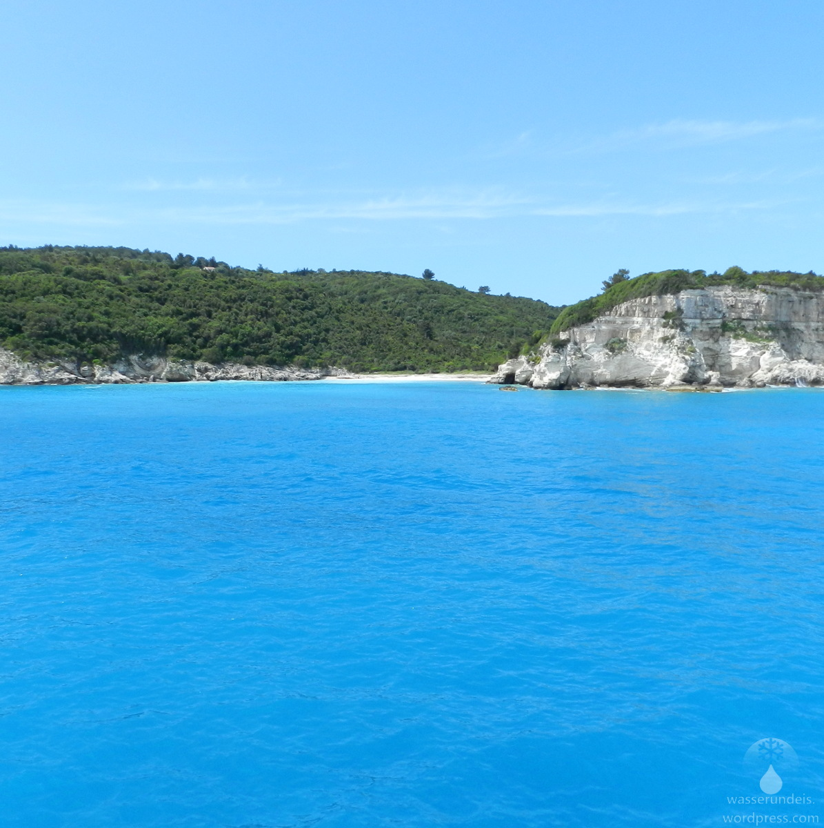 Das Türkisblaue Wasser der Ionischen Meeres vor der Insel Antipaxos.