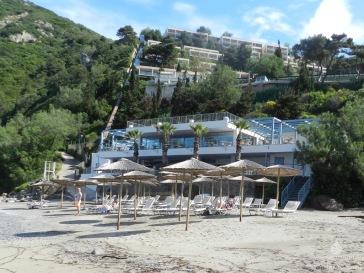 Das Tui Sensimar Grand Mediteraneo Hotel & Spa vom Strand in der Bucht von Ermones aus gesehen.