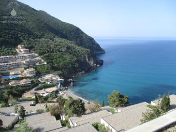 Blick vom Balkon auf die Bucht von Ermones.