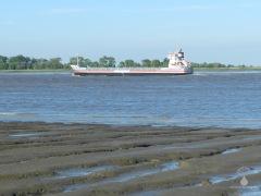 Ein Frachtschiff auf der Weser.
