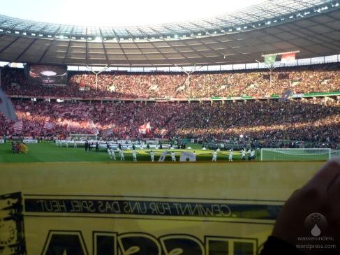 Blick von der Dortmunder Fandkurve in Richtung Spielfeld, die Sicht ist so naja, das Berliner Olypiastadion ist eben kein reines Fussballstadion - hat aber dafür Geschichte.