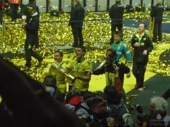 Kapitän Sebastian Kehl präsentiert den Pokal - links im Hintergrund führt Jürgen Klopp etwas im Schilde.