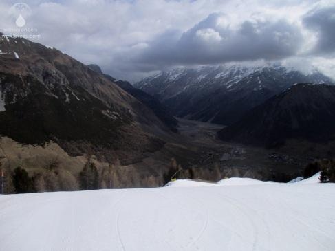 Blick auf den trockenen Lago di Livigno und das wenig frühlingshafte Tal.