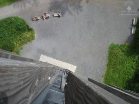 Tiefblick von der Aussichtsplattform zum Fuß des Möhnesseturms.