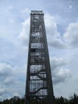 Der Möhneseeturm in der Totalen.