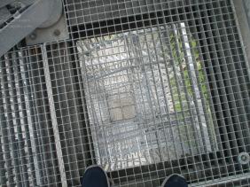 Schwindelerregender Blick durch die Stahlgitter des Möhneseeturms.
