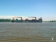 Kleines Containerschiff auf der Unterweser.