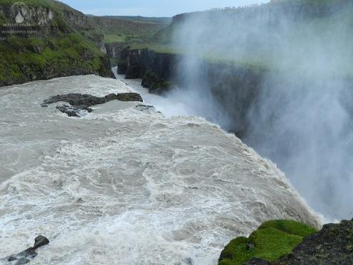 Über eine Felsstufe stürzen die Wassermassen der Hvítá in eine Schlucht.