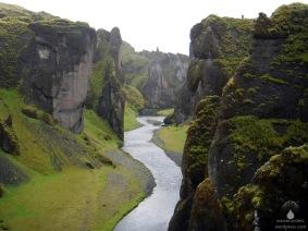 Die bis zu 100m tiefe und 2 Kilometer Lange Schlucht Fjaðrárgljúfur.