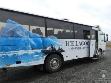 Mit diesem geländegängigen Bus geht es zum Bootsanleger am Jökulsárlon.