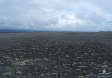 Blick über den Skeiðarársandur zur Gletscherzunge des Skeiðarárjökull.