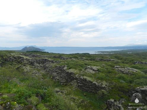 Blick über die Kontinentalspalte zum See Þingvallavatn ,einem der größten auf Island.