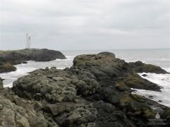 Klippen und Leuchtturm auf der Landzunge Stokknes.