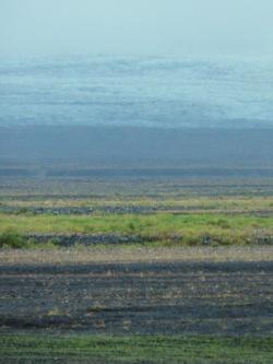 Landschaftskunst im Skeiðarársandur, hinten das ewige Eis.