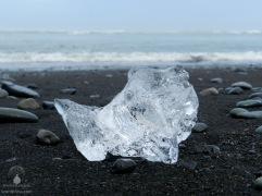 Kleiner, von Wasser geschliffener Eisbrocken am Diamond Beach.