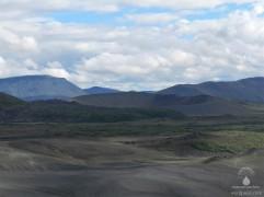 Ein weiterer Explosionskrater im Südosten, der etwas kleinere Gigur.