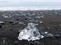 Diamantenähnlicher Eisbrocken am Diamond Beach.