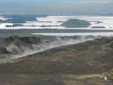 Blick vom Namafjall auf den Myvatn mit Dampfaustritt entlang einer Spalte.