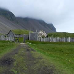 Nur von außen sehenswertes, nachgebautes Wikingerdorf am Vestrahorn.